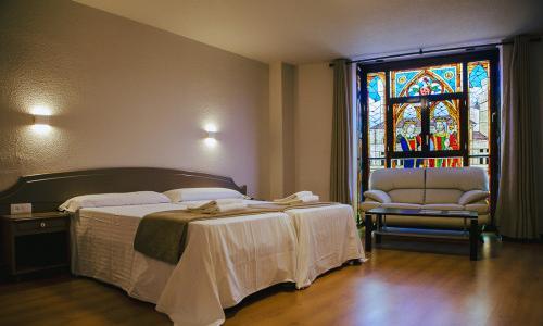 Suite con vidriera y vistas al castillo